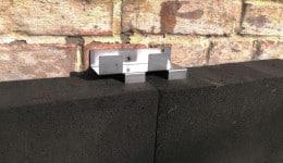 2. В Т-образный шов плит вставляется анкер, лепестками в торец пеностекла.