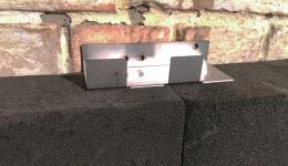 3. Несильным нажатием на анкер для пеностекла полностью погружаем нижние лепестки в торец пеностекла.