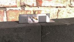 4. Анкер закрепляется к стене дюбелем, а в случае необходимости двумя.